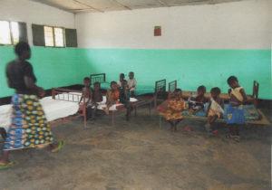 Photo du dortoir des enfants d'âge gardien de l'orphelinat de Djuma en République Démocratique du Congo
