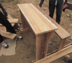 Nouveaux bancs pour les salles de classe à Uvira au Sud-Kivu