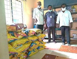 Atteindre les communautés des collines, 20 sacs de riz ont été fournis aux villageois affectés par le confinement.