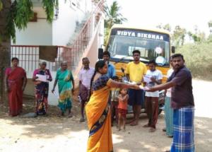 Nourriture pour les soignants en première ligne: craignant de diffuser le virus à leur famille, ce personnel demeure à Kallupatti et reçoit les repas de la journée.